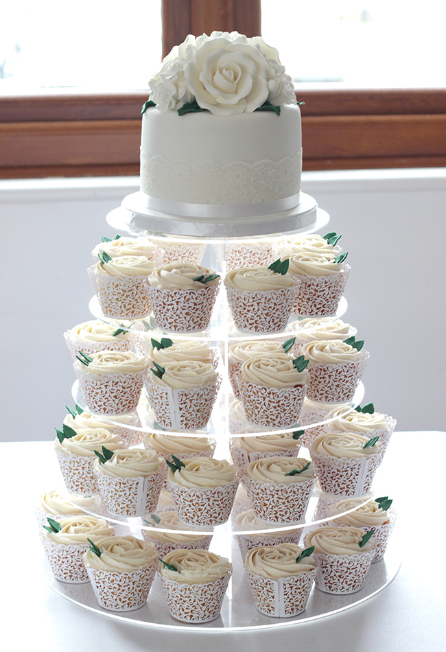 white wedding cake cupcakes white roses wedding cake amp cupcakes cakey goodness 27338